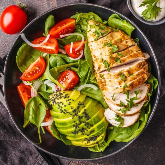 Salad thịt gà trong thực đơn keto giảm cân cấp tốc