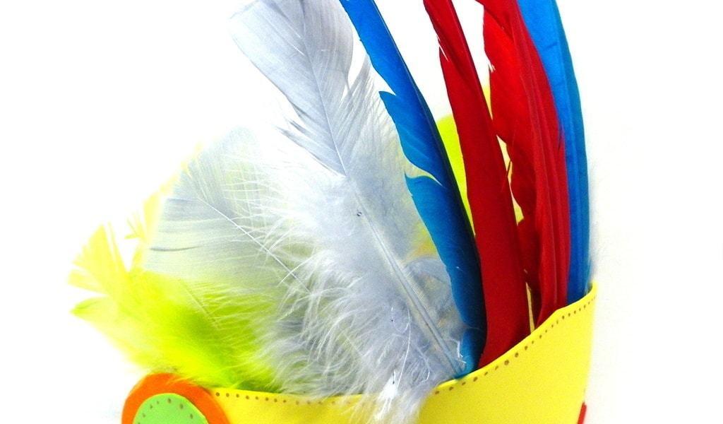 ¿Cómo hacer un tocado indígena con plumas de colores?