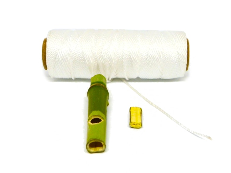 cuerda de naylon caña de bambu y trozo de madera para hacer un silbato llavero