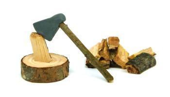 miniatura decorativa de un hacha de leñador para el belen
