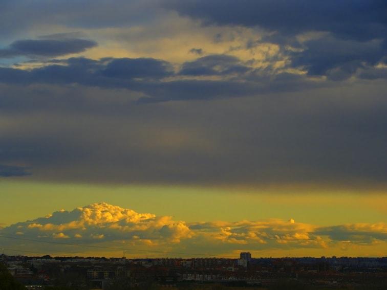 nubes y ciudad