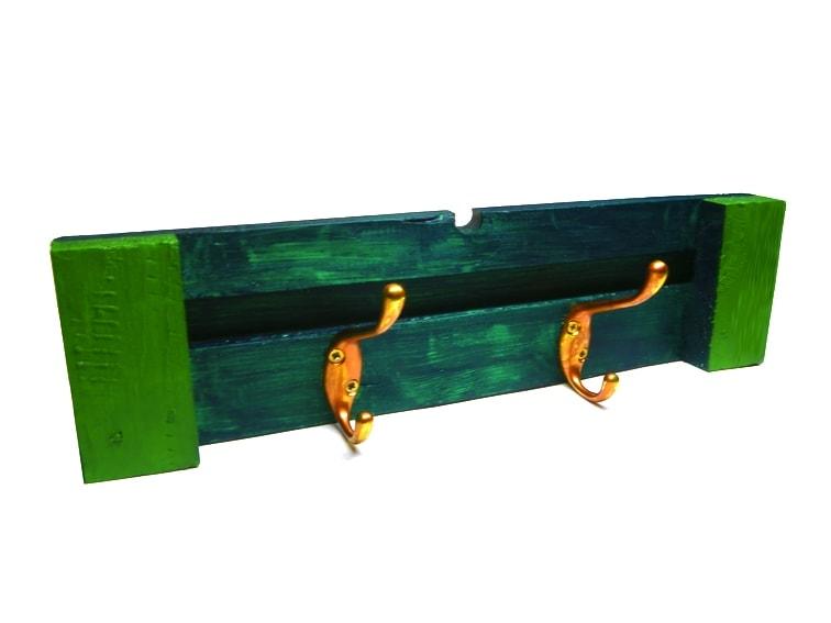 perchero de pared hecho con madera reciclada de un pale