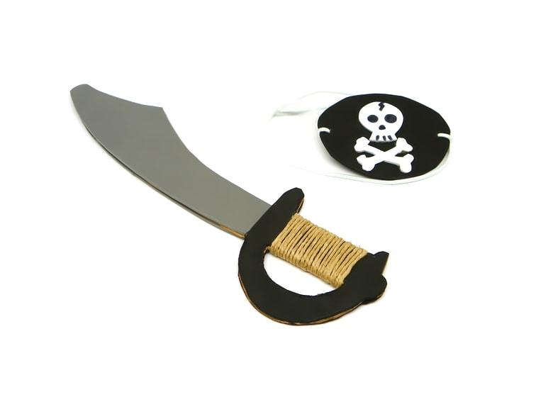 parche y espada pirata hecho con goma eva y carton
