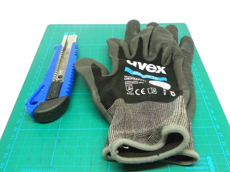 alfombrilla de corte cuter y guantes