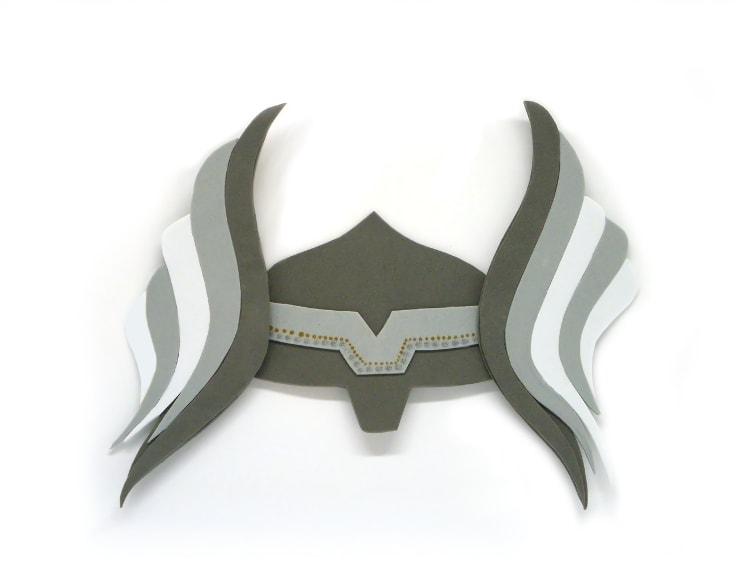 recreacion del casco de thor dios del trueno hecho con goma eva de colores