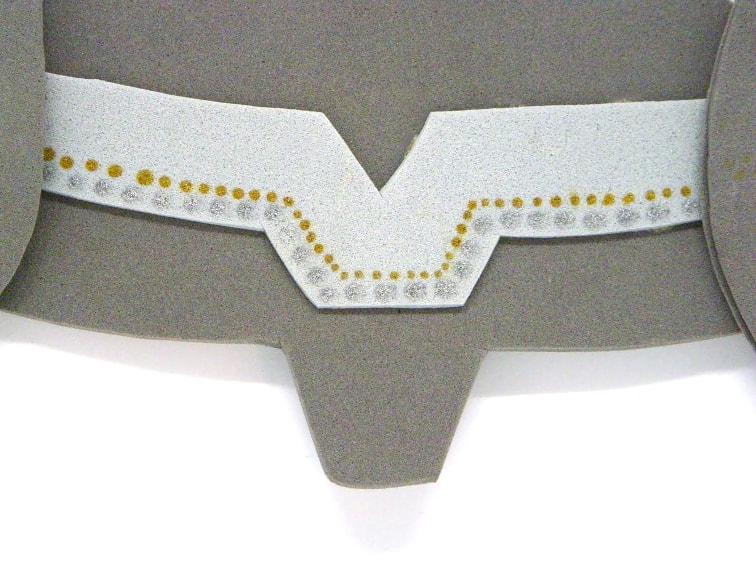 detalles del casco de thor hechos con rotulador permanente plateado