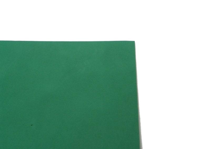 goma eva de color verde para forrar el soporte de carton para el monitor