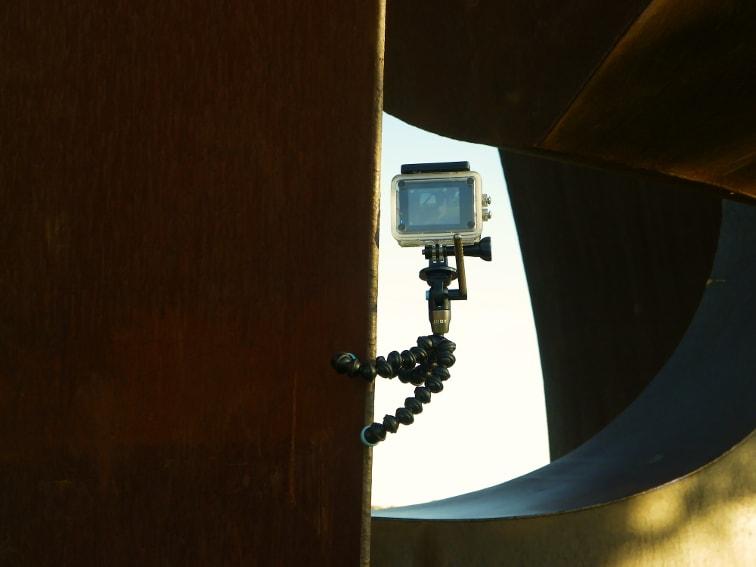tripode joby griptight gorillapod video magnetico enganchado en una escultura de metal oxidado