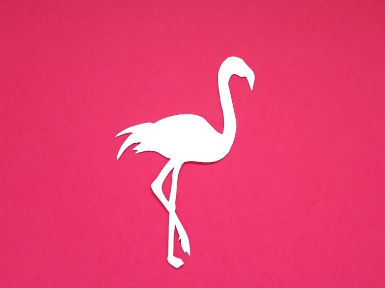 cartulina de color rosa y plnatilla de un flamenco para hacer un marcapaginas