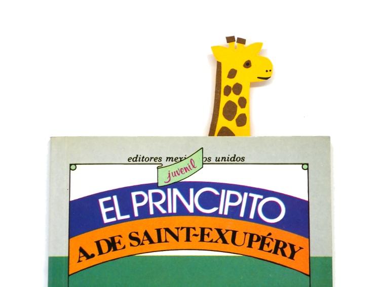 libro y marcapaginas de una jirafa hecho con cartulina de colores