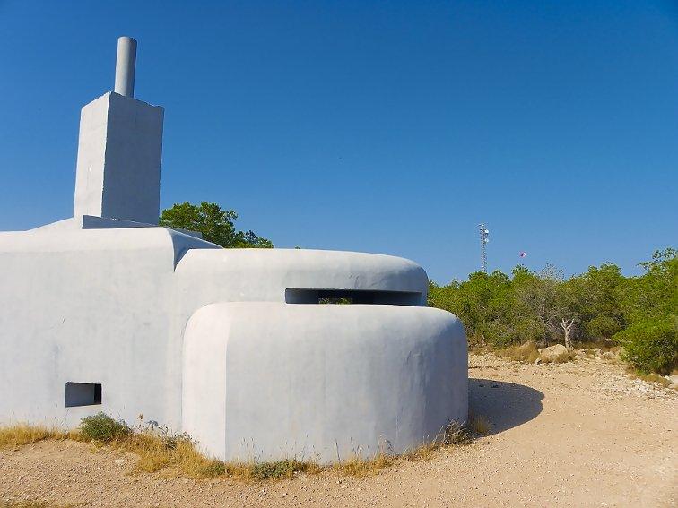 bunker de telemetria de la guerra civil española situado en la sierra de santa pola