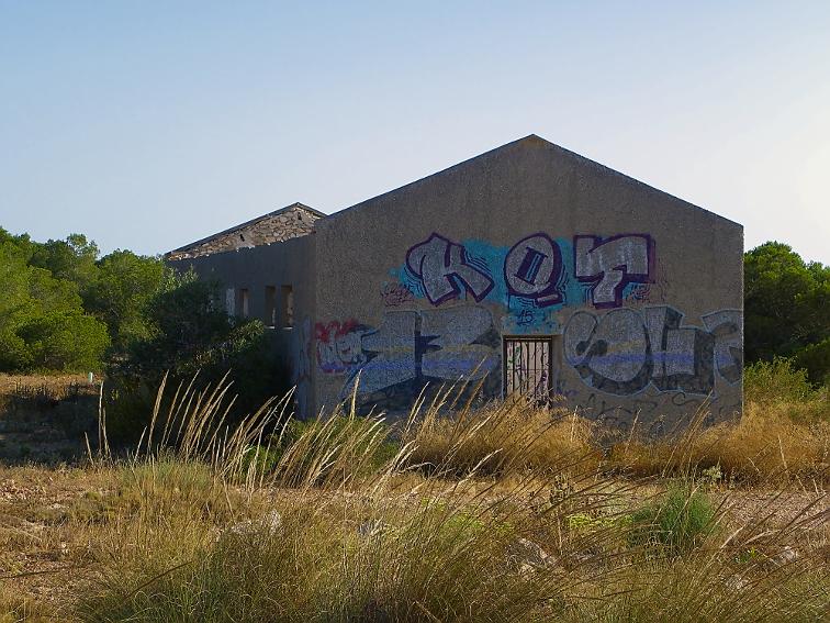 restos de un pabellon de la guerra civil española en la sierra de santa pola