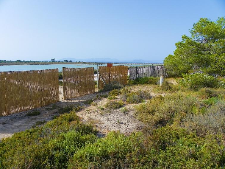 vallas que protegen las balsas salineras del parque natural de las salinas de santa pola