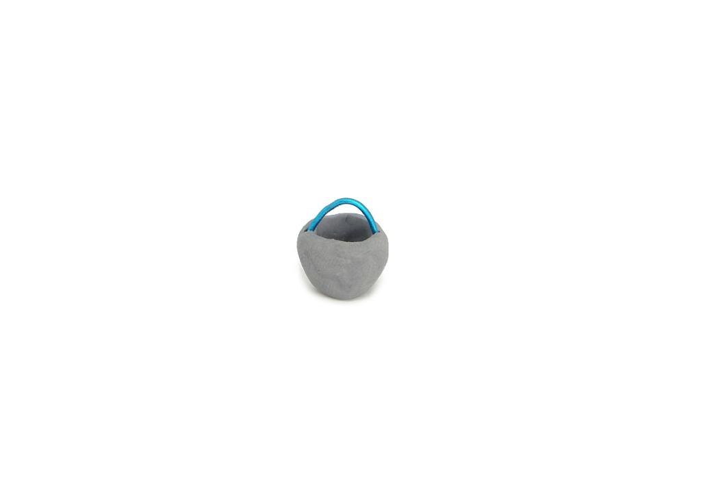 cubo en miniatura hecho con plastilina y alambre para decorar el pozo