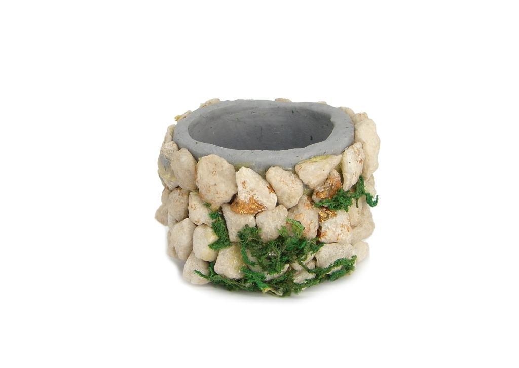 entubado del pozo en miniatura hecho con plastilina y pequeñas piedras incrustadas