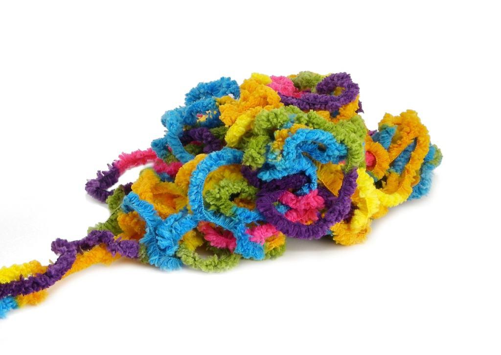 lana de colores para hacer adorno de un arbol de navidad