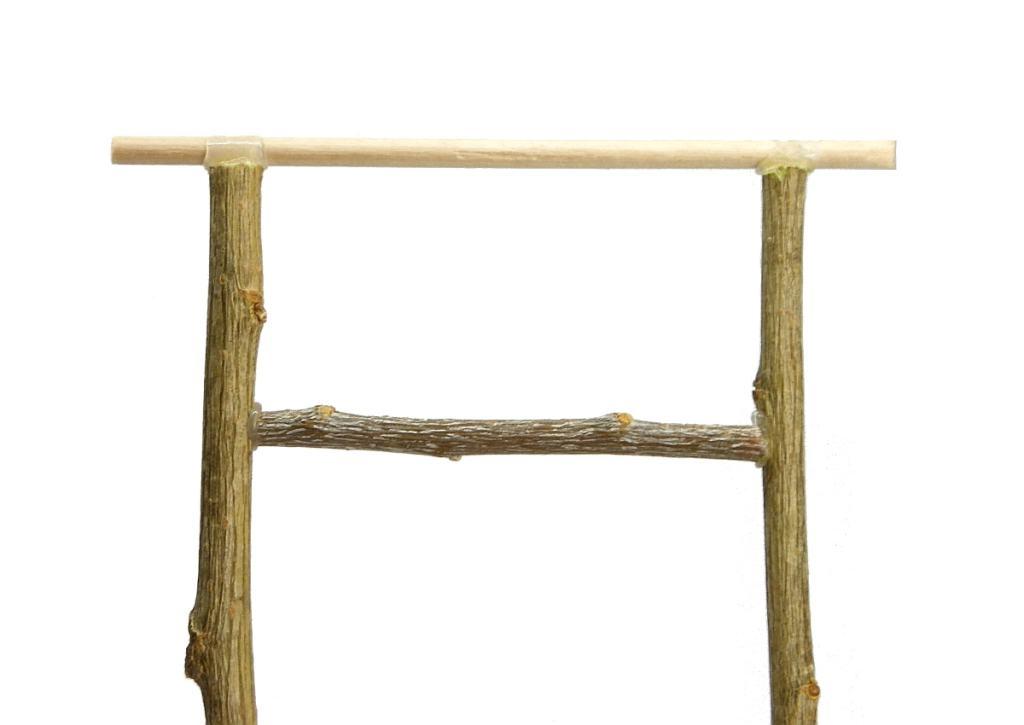 marco hecho con ramas secas para hacer tejado para el pozo en miniatura