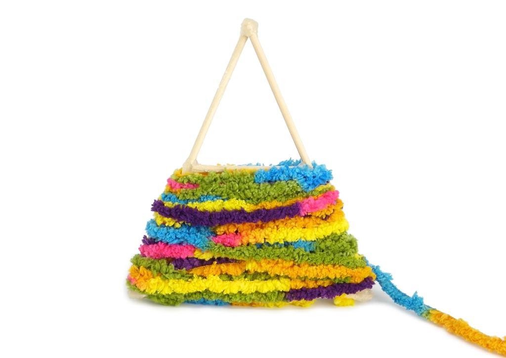 media estructura del arbol de navidad envuelta con lana de colores