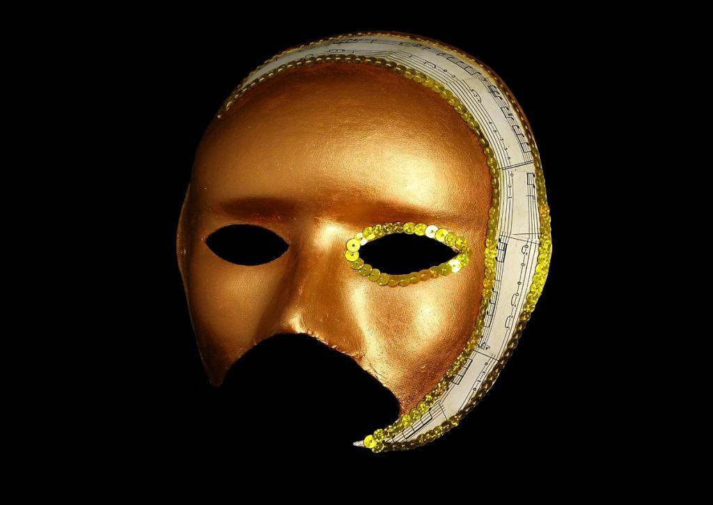 decoracion de la mascara veneciana con lentejuales, pintura acrílica y collage