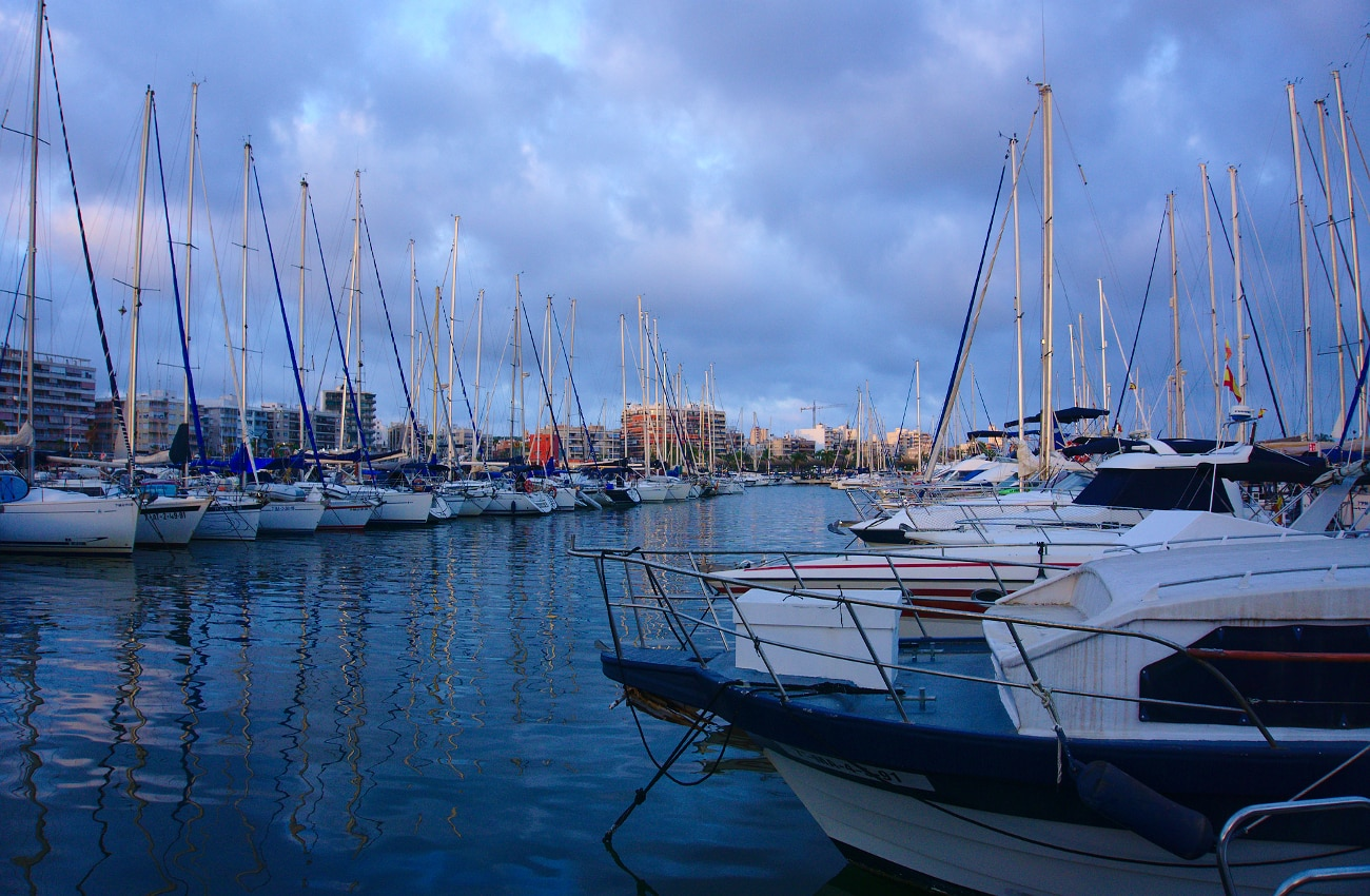 barcos recreativos amarrados en el club nautico de santa pola