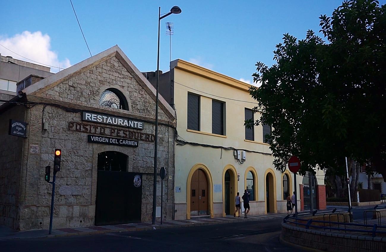 restaurante y capilla virgen del carmen en la calle del muelle santa pola
