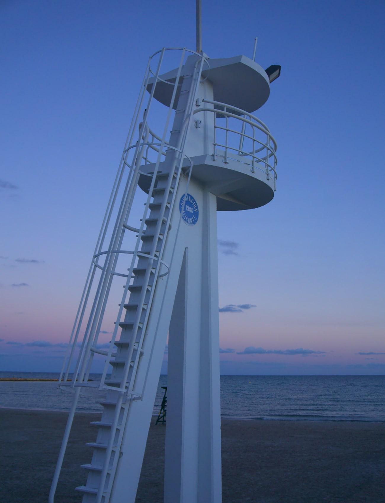 torre de vigilancia en la playa de levante santa pola