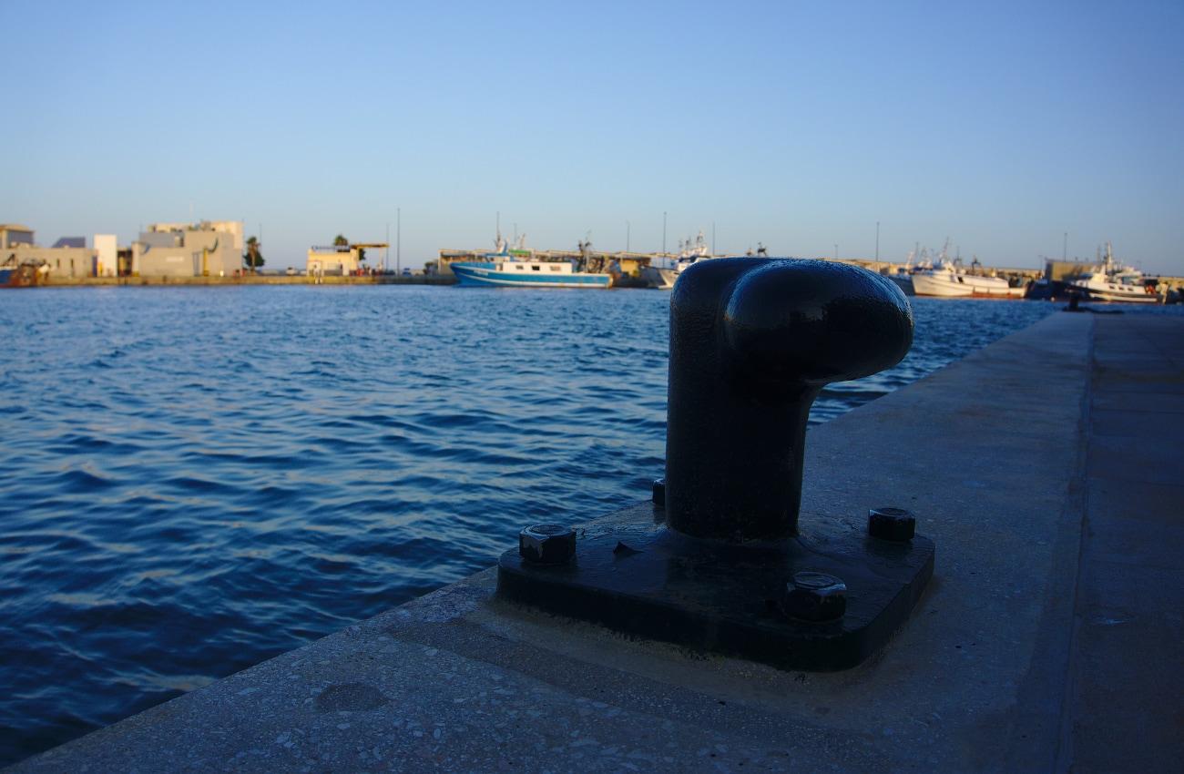 vista de los barcos pesqueros amarrados en el puerto de santa pola