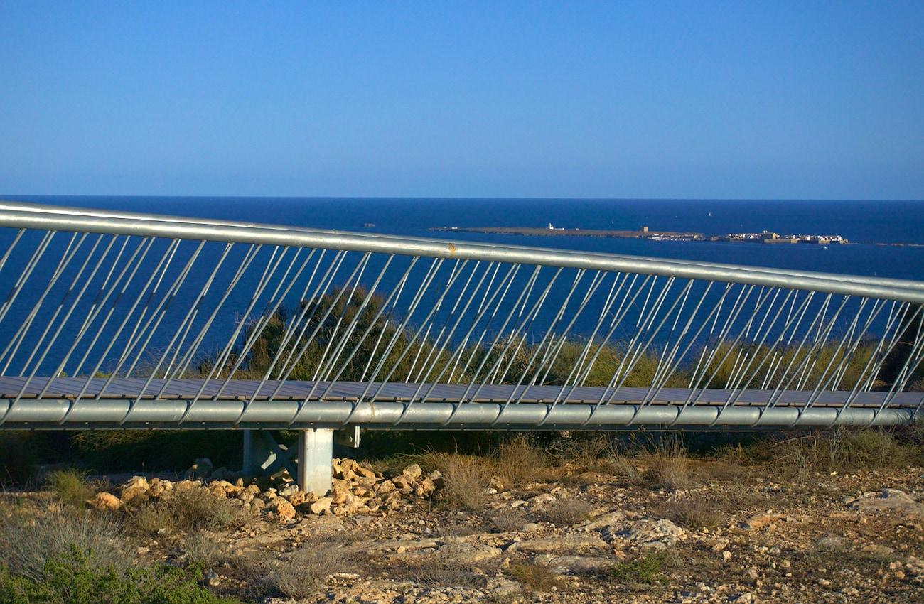 mirador colgante y vista de la isla de tabarca desde el cabo de santa pola
