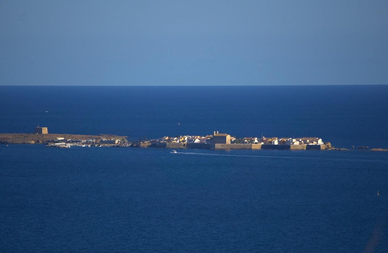 vista ampliada de la isla de tabarca santa pola