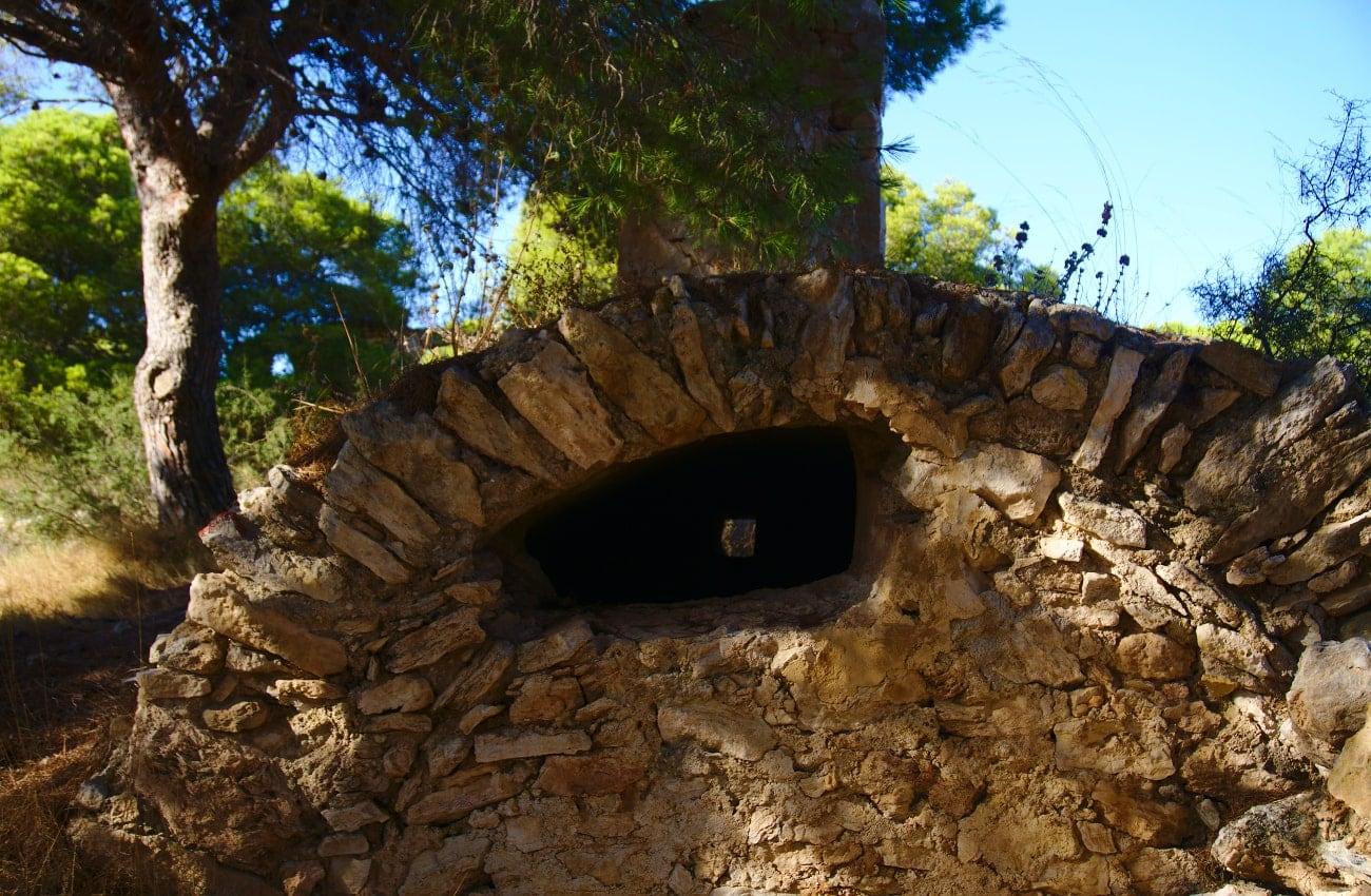 estructura de antiguo pozo similar a un aljibe en el barranco de paco mañaco santa pola