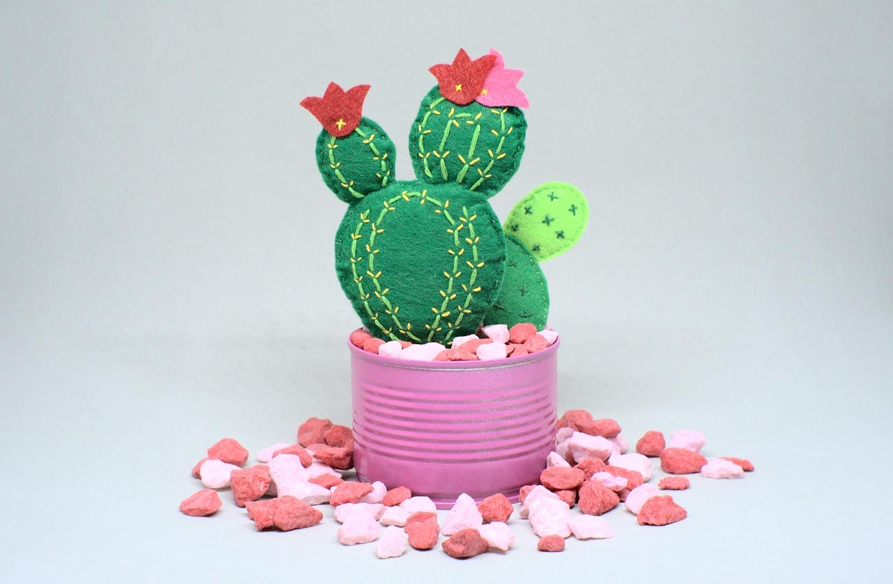 maceta con cactus hechos con fieltro de colores