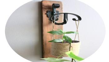 macetero colgante hecho con un liston de madera de pale y una lata de conservas
