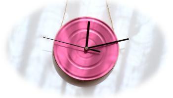 reloj de pared hecho con una lata metalica de conservas