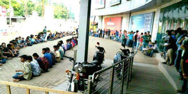 people-queue-up-to-buy-jio-sim-cards-at-a-449825-600x302
