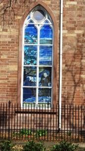 cửa sổ kính màu ở một ngôi nhà thờ cổ