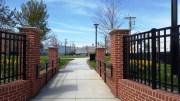 cổng vào của một công viên nhỏ gần chỗ làm