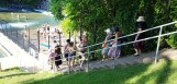 Bậc thang dẫn xuống hồ. Trên bờ hồ nam thanh nữ tú dập dìu. Rất nhiều cô gái trẻ đẹp cởi trần phơi nắng.