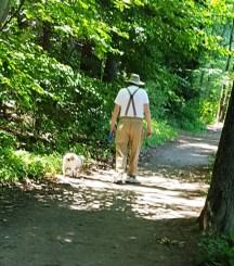 Ông cụ khó tính đang dắt chó đi dạo. Ông chỉ xuống đất và bảo tôi đến đây xem cái này, nhanh lên, và ông cứ nhất quyết chỉ vào chỗ đó mà tôi nhìn theo ngón tay ông thì chẳng thấy gì cả. Tôi dợm bước đến thì lại thấy có con rắn nằm giữa đường.