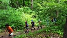 Boyscout xếp hàng đi lên núi