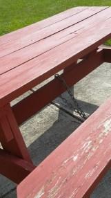 Bàn ghế bị cột lại bằng dây xích. Người New York cũng lo ngại bàn ghế biết đi