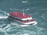 thêm một chiếc tàu khác chở đầy hành khách