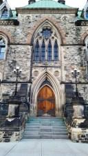 Một trong những cánh cửa vào lâu đài quốc hội với chi tiết trang hoàng. Vách làm bằng một loại đá. Có nơi là đá cẩm thạch trắng. Có nơi là đá sandstone màu hồng nhạt, lâu ngày bị oxit hóa biến thành màu đen.