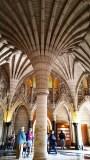 Một lối kiến trúc của Gothic hay Gothic phục hưng (tôi không rành và không nhớ rõ) với những vòm cung nhọn như búp sen, và có vạch khía hay rãnh sâu (ribbed arch)