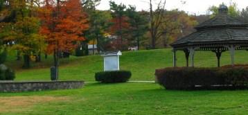 sân cỏ bên cạnh hồ Watchung