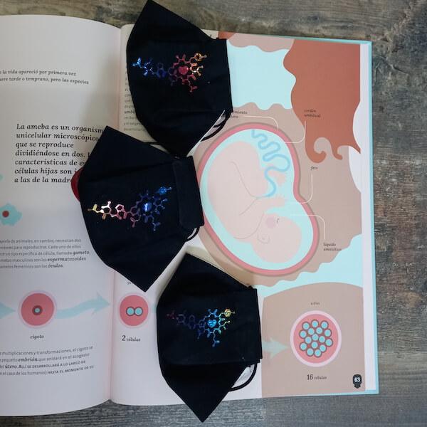 mascarillas personalizadas en vinilo multicolor sobre album ilustrado de gestación