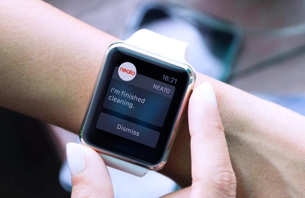 Neato vyrobilo první robotický vysavač, který můžete ovládat pomocí chytrých hodinek