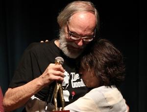Carlos Reichenbach, homenageado no Festival de Brasília, ganha beijo da produtora Sara Silveira (22/11/2010)