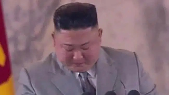 Kim Jong-un emite desculpas chorosas após COVID-19 e tufões
