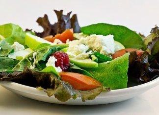 Insalata: quella in busta di IV gamma è pericolosa o sicura? Quali rischi si corrono per la salute e come evitare il pericolo di corpi estranei e tossinfezioni alimentari? Sicurezza alimentare dell'insalata in busta e corrette prassi.