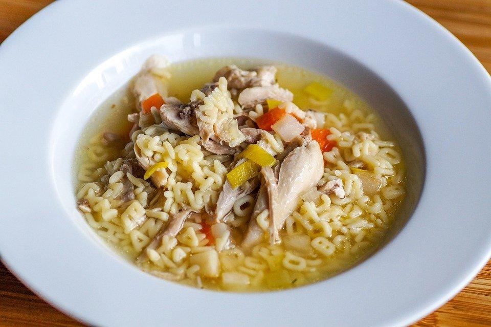 Brodo di pollo: potente antinfiammatorio contro influenza e raffreddore